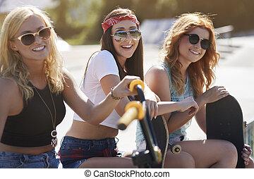 reposer, filles, trois, skatepark