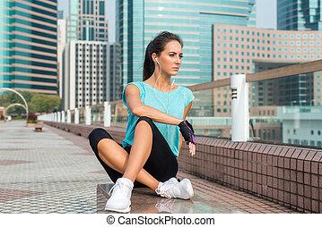 reposer, formation, femme relâche, crise, fatigué, femme, athlète, après, écoute, jeune, courant, bench., music., ou