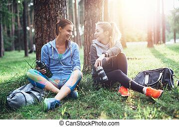 reposer, formation, séance, après, deux, arbres, jeune, conversation, dehors, eau, sous, boire, femmes, vêtements de sport, forêt