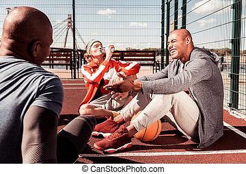 reposer, gens, séance entraînement, après, joyeux, heureux