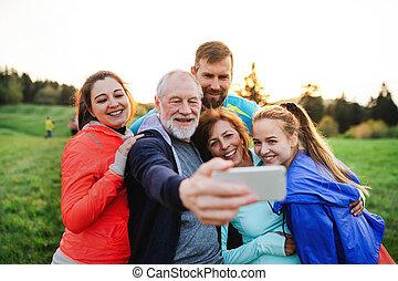 reposer, groupe, crise, gens, nature, prendre, après, selfie., actif, exercice