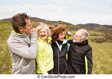 reposer, groupe, dehors, personne agee, hugging., coureurs