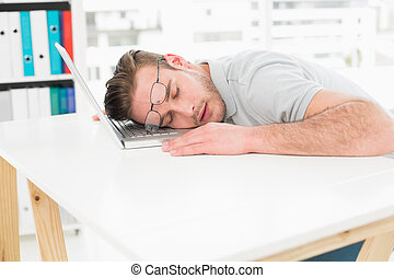 reposer, ordinateur portable, fatigué, homme affaires