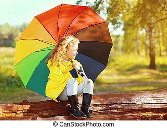 reposer, peu, parapluie, coloré, parc, automne, enfant, girl