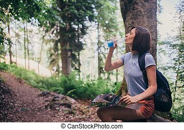 reposer, randonnée femme, eau, forest., quoique, boire
