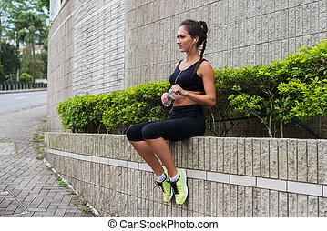 reposer, séance, après, eau, préparer, joli, fitness, running., girl, jogging, boire, parapet
