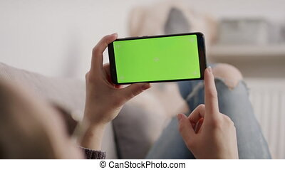 reposer, sofa, écran visuel, tenue, femme, jeune, appeler, waving., vert, smartphone, quoique