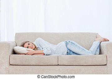 reposer, tête, femme, elle, divan, oreiller, mensonge