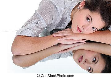 reposer, tête, femme, elle, jeune, reflété, surface