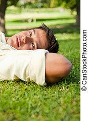 reposer, tête, sien, dessous, mains, sérieux, herbe, expression, côté, mensonge, homme