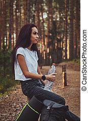reposer, tenue femme, jeune, quoique, forêt, bouteille, water.