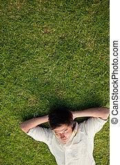 reposer, yeux, sien, tête, élevé, dessous, fermé, mains, homme, herbe, mensonge, vue