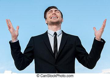 reputacja, błękitny, siła robocza, niebo, młody, przeciw, do góry, znowu, powstanie, dzięki, człowiek, garnitur, uśmiechanie się, god!, przystojny