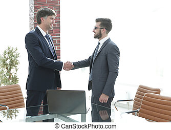 reputacja, biuro, znowu, biznesmeni, korytarz, ręki potrząsające