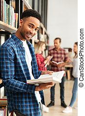 reputacja, człowiek, młody, biblioteczna książka, student, afrykanin, czytanie, szczęśliwy