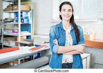 reputacja, druk, kobieta uśmiechnięta, biuro