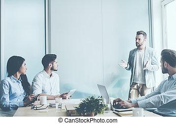 reputacja, im, biuro, handlowy, posiedzenie, ludzie, drzewo, młody, jeden, znowu, planowanie, biurko, strategy., gesturing, człowiek