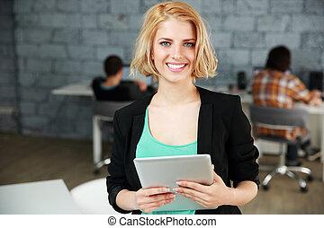 reputacja, kobieta, biuro, tabliczka, młody, komputer, uśmiechanie się