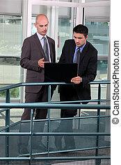 reputacja, laptop, biznesmeni, korytarz