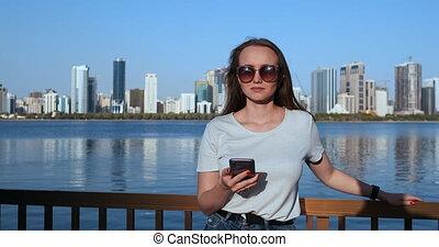 reputacja, lato, smartphone, miasto, cielna, tło, uśmiechnięta dziewczyna