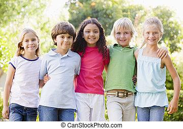 reputacja, młody, piątka, outdoors, uśmiechanie się, przyjaciele