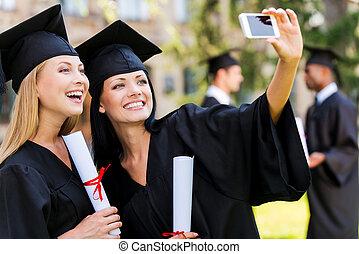 reputacja, moments., selfie, mężczyźni, dwa, skala, znowu, tło, suknie, zrobienie, uśmiechanie się, kobiety, ujmując, szczęśliwy