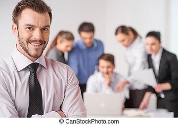 reputacja, pierwszy plan, jego, handlowe spotkanie, praca, -, dyrektor, closeup, tło, siła robocza, krzyżowany, drużyna, dyskutując, koledzy., człowiek