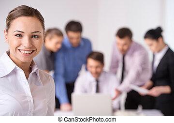 reputacja, pierwszy plan, jego, handlowe spotkanie, praca, -, dyrektor, kobieta, closeup, tło, siła robocza, krzyżowany, drużyna, dyskutując, koledzy.