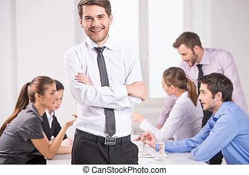 reputacja, pierwszy plan, jego, handlowe spotkanie, praca, -, dyrektor, krzyżowany, tło, siła robocza, drużyna, dyskutując, koledzy., człowiek