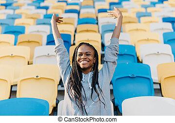 reputacja, podniesiony, kobieta, jej, afrykanin, herb, pośród, powietrze, doping, amerykanka, hałasy, stadion sadza, dziurkując, opróżniać, szczęśliwy