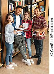 reputacja, studenci, biblioteczna książka, czytanie, szczęśliwy