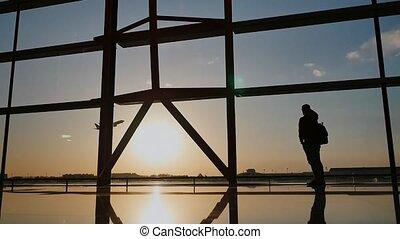 reputacja, sylwetka, turysta, oglądając, pojęcie, evening., ludzie, lotnisko, okno, samolot, zachód słońca, aeroport., facet, podróż, start