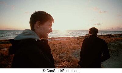 reputacja, urgensy, mężczyźni, dwa, młody, zachód słońca, wspaniały, cieszący się, plaża, piaszczysty, prospekt