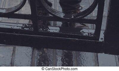 reputacja, wrota, foots, obuwie, do góry, deszcz, młody, żelazo, pod, zamknięcie, człowiek