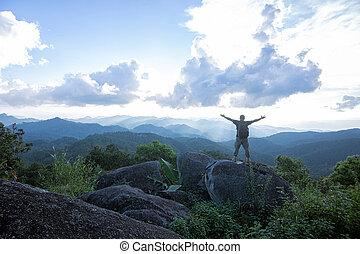 reputacja, wysoki, podniesiony, jego, alpinista, skalisty, dojeżdżając na drugą, perspektywa, herb, rzędy, świętując, szczyt, daszek, góra, wyglądając