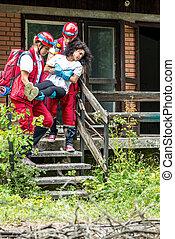 rescate, equipo, evacuar, hembra, víctima, de, casa