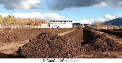 resen, macedonia, -, março, 6, 2017:, trator, misturando, estrume, desperdício, e, solo, para, produzir, alto, qualidade, composto, ligado, a, produzir, planta, perto, cidade, de, resen, macedonia