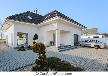 Residence with garage - Big white residence with garage for...