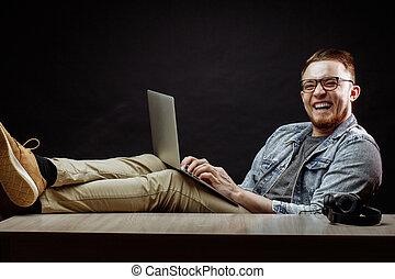 resing, 若い, ノート, 笑い, 椅子, 人