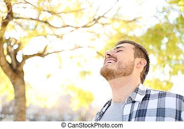 respirar, parque, ar, fresco, homem, feliz