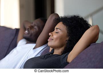 respiration, confortable, décontracté, air, apprécier, africaine, frais, divan, couple