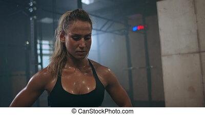 respire, femme, concentration, après, croix, sweat., séance entraînement, formation, lourdement, training., exercise., avant, forces, fatigué, épuisé, formation, gouttes