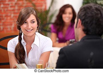 restaurang, kvinna, ung, stickande, man, bord, blåsa flöjt, vin