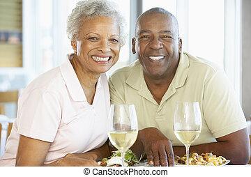 restaurant, couple, ensemble, déjeuner, personne agee, avoir