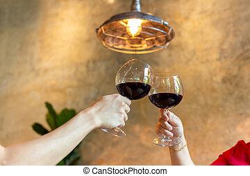 restaurant., couple, lunettes, célébrer, grillage, vin rouge