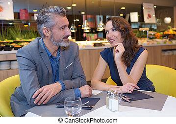 restaurant, couple, regarder, autre, chaque, heureux