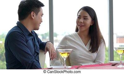 restaurant, déjeuner, couple, heureux, manger, romantique