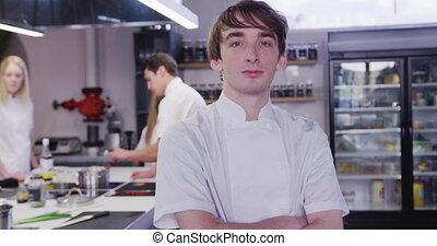 restaurant, fonctionnement, cuisine, appareil photo, sourire, caucasien, cuisinier, mâle