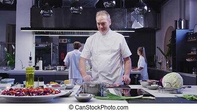 restaurant, fonctionnement, cuisine, chef cuistot, appareil photo, sourire, caucasien, cuisine, mâle