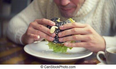 restaurant., manger, chandail, hamburger, noir, blanc, homme